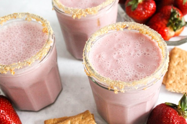 high protein strawberry cheesecake smoothie
